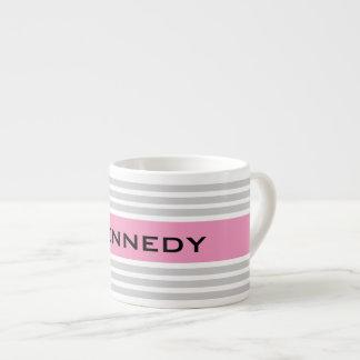 Rayas grises claras y rosadas y monograma de encar tazita espresso