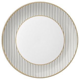 Rayas grises y blancas de la paloma de la cabaña plato de cerámica