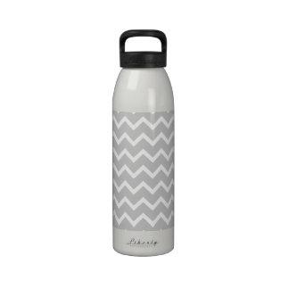 Rayas grises y blancas del zigzag botellas de agua reutilizables