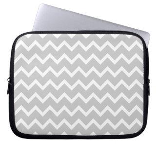 Rayas grises y blancas del zigzag funda computadora