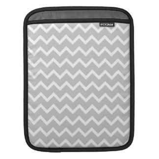 Rayas grises y blancas del zigzag fundas para iPads
