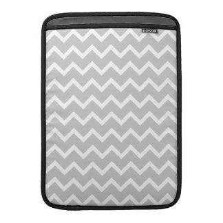 Rayas grises y blancas del zigzag fundas macbook air