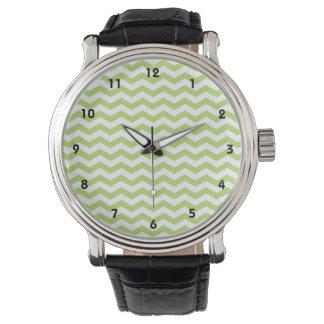 Rayas ligeras lindas de Chevron de la verde lima Relojes De Pulsera