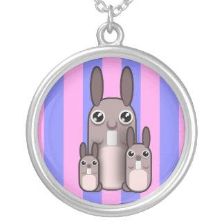 Rayas lindas de la familia del conejo de conejito colgante redondo