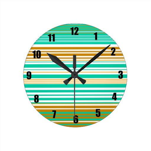 Rayas marrones y blancas de la turquesa reloj redondo mediano