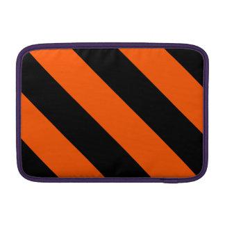 Rayas negras y anaranjadas del peluquero funda  MacBook