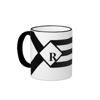 Rayas negras y galones con el monograma en blanco taza a dos colores