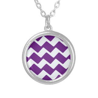 Rayas onduladas púrpuras y blancas de Chevron Colgante Redondo