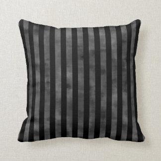 Rayas oscuras negras del gótico fresco y grises almohadas