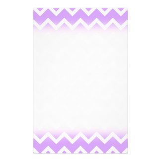 Rayas púrpuras y blancas del zigzag tarjeta publicitaria