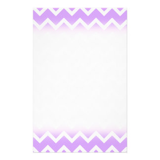 """Rayas púrpuras y blancas del zigzag folleto 5.5"""" x 8.5"""""""