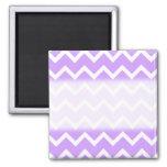 Rayas púrpuras y blancas del zigzag iman de frigorífico