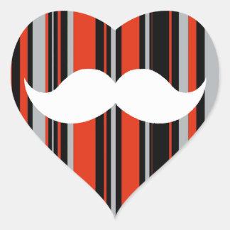 Rayas retras del naranja del fiesta del bigote pegatina en forma de corazón