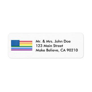 Rayas rojas, blancas, y del arco iris de la etiqueta de remitente