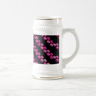 Rayas rosadas brillantes de la lentejuela en negro jarra de cerveza