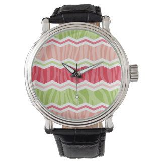 Rayas rosadas de Chevron y verdes claras coralinas Relojes De Pulsera