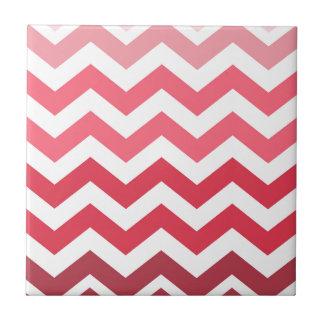 Rayas rosadas de Ombre Chevron Azulejo Cuadrado Pequeño