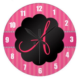 Rayas rosadas del monograma reloj de pared