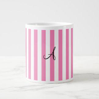 Rayas rosadas y blancas del monograma taza jumbo