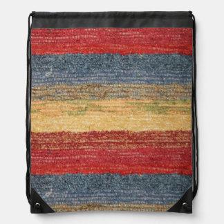 Rayas tejidas rojas, amarillas, y azules coloridas mochilas