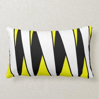 Rayas Unparallel, blancos y negros en amarillo Cojín
