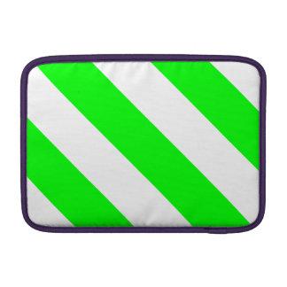 Rayas verdes blancas y de neón del peluquero funda  MacBook