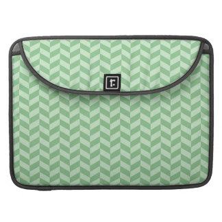 Rayas verdes femeninas de moda del modelo de zigza funda para macbook pro