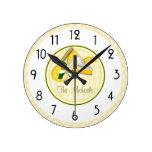 Rayas y controles amarillos y verdes reloj redondo mediano