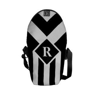 Rayas y galones blancos en negro con el monograma bolsa de mensajería
