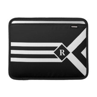 Rayas y galones blancos en negro con el monograma fundas macbook air