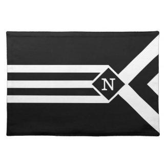 Rayas y galones blancos en negro con el monograma manteles
