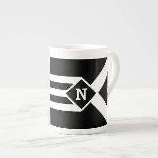 Rayas y galones blancos en negro con el monograma taza de porcelana