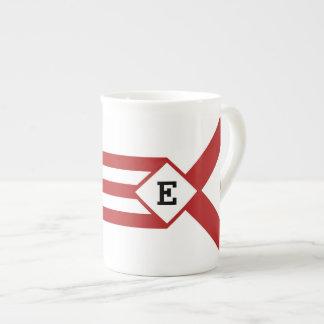 Rayas y galones rojos con el monograma en blanco taza de porcelana