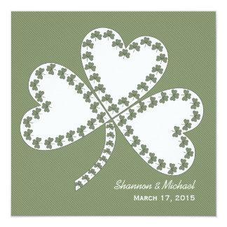 Rayas y invitación irlandesa del boda del trébol