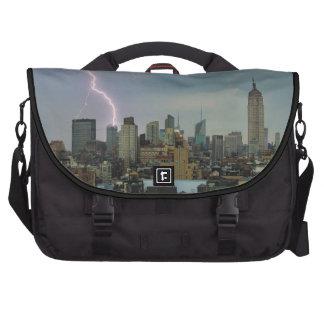 Rayo enorme sobre horizonte del Midtown NYC Bolsas De Portátil