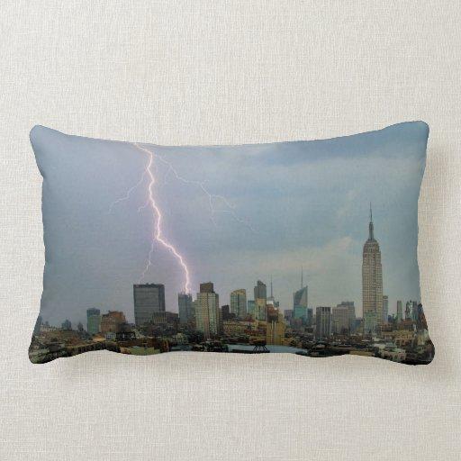 Rayo enorme sobre horizonte del Midtown NYC Cojín