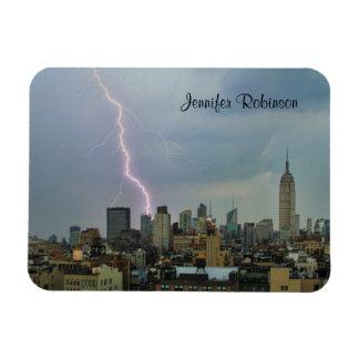 Rayo enorme sobre horizonte del Midtown NYC Iman