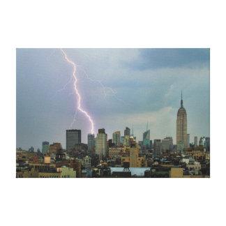 Rayo enorme sobre horizonte del Midtown NYC Impresiones En Lienzo Estiradas