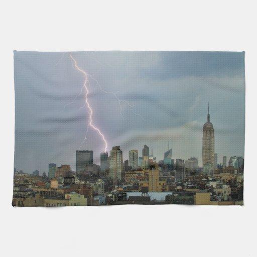 Rayo enorme sobre horizonte del Midtown NYC Toallas