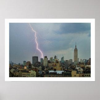 Rayo enorme sobre horizonte del Midtown NYC Póster