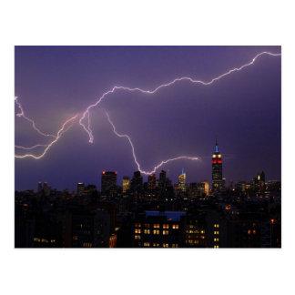 Rayo masivo sobre horizonte del Midtown NYC Postales