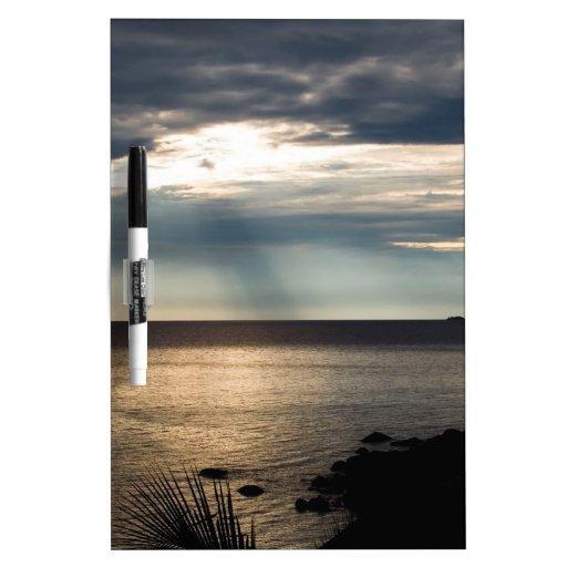 Rayo Sunlit del cielo de la naturaleza sobre bahía Tablero Blanco