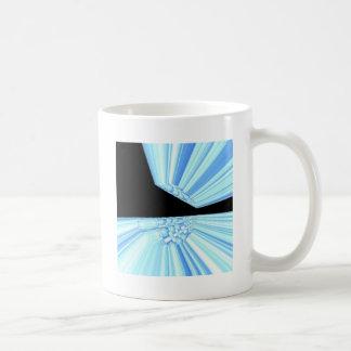 Rayos azules en arte del fractal del espacio taza
