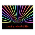Rayos coloridos del arco iris en negro