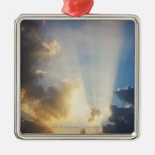 Rayos de la luz que brillan a través de las nubes adorno cuadrado plateado