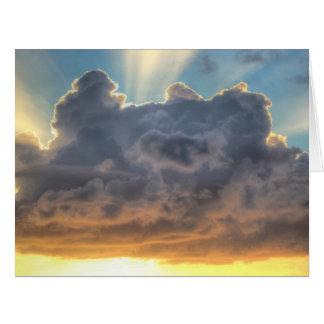 Rayos de la puesta del sol de la luz a través de tarjeta de felicitación grande