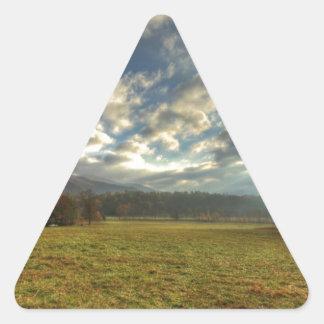 Rayos de Sun de la mañana de la ensenada de Cades Pegatina Triangular