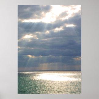 Rayos del cielo sobre el océano póster