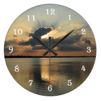 Rayos del reloj de pared de la puesta del sol de S