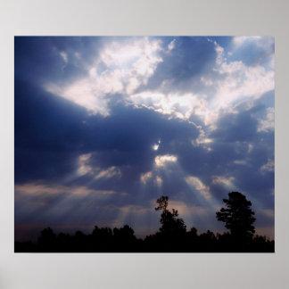 rayos del sol a través de las nubes posters